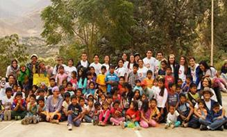 "Photo of the volunteer team with the children from Catahuasi after the Nutriolimpiadas (Nutre ""Olympics"")."